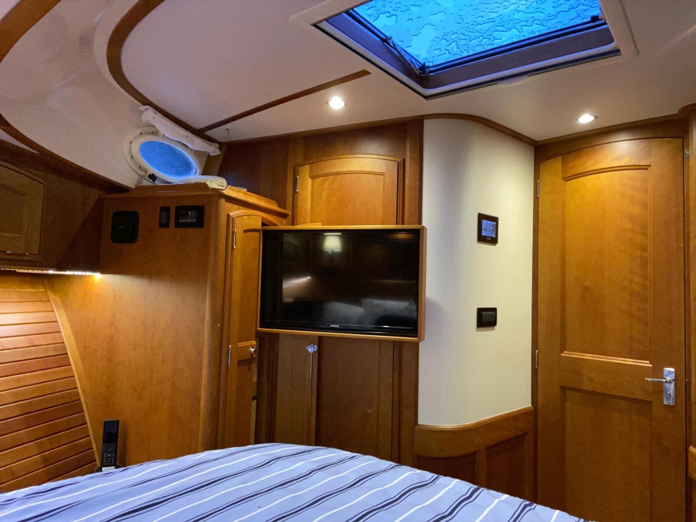 2018 Hinckley Talaria 48 MKII, Master cabin TV