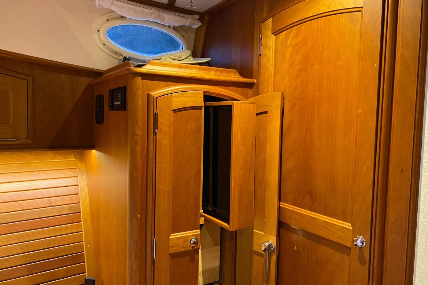 2018 Hinckley Talaria 48 MKII, Master cabin TV stowaway
