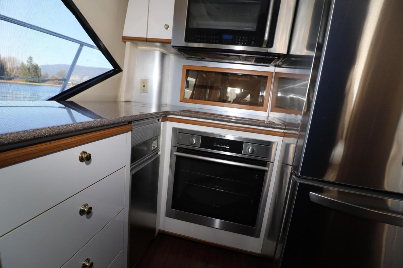 1999 Bayliner 5788 Pilot House Motoryacht, Galley Appliances