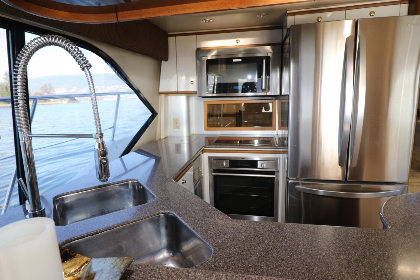 1999 Bayliner 5788 Pilot House Motoryacht, Stainless Sinks
