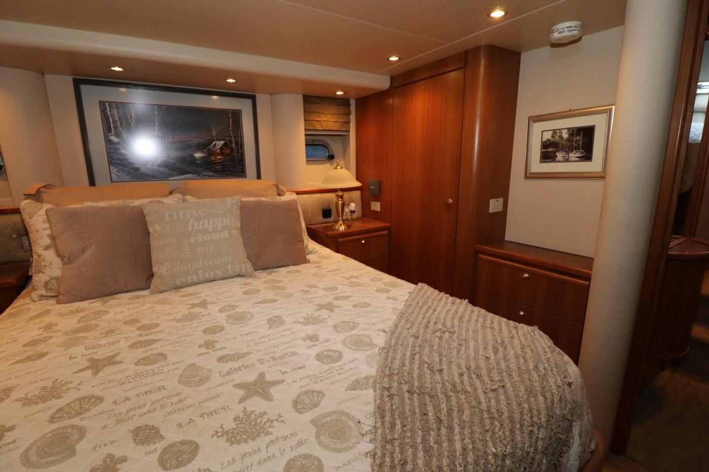 1999 Bayliner 5788 Pilot House Motoryacht, Island Queen Berth