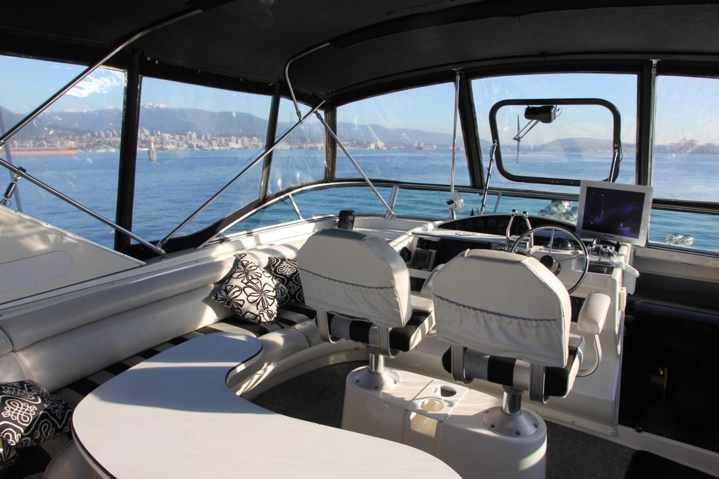 1999 Bayliner 5788 Pilot House Motoryacht, Settee Table
