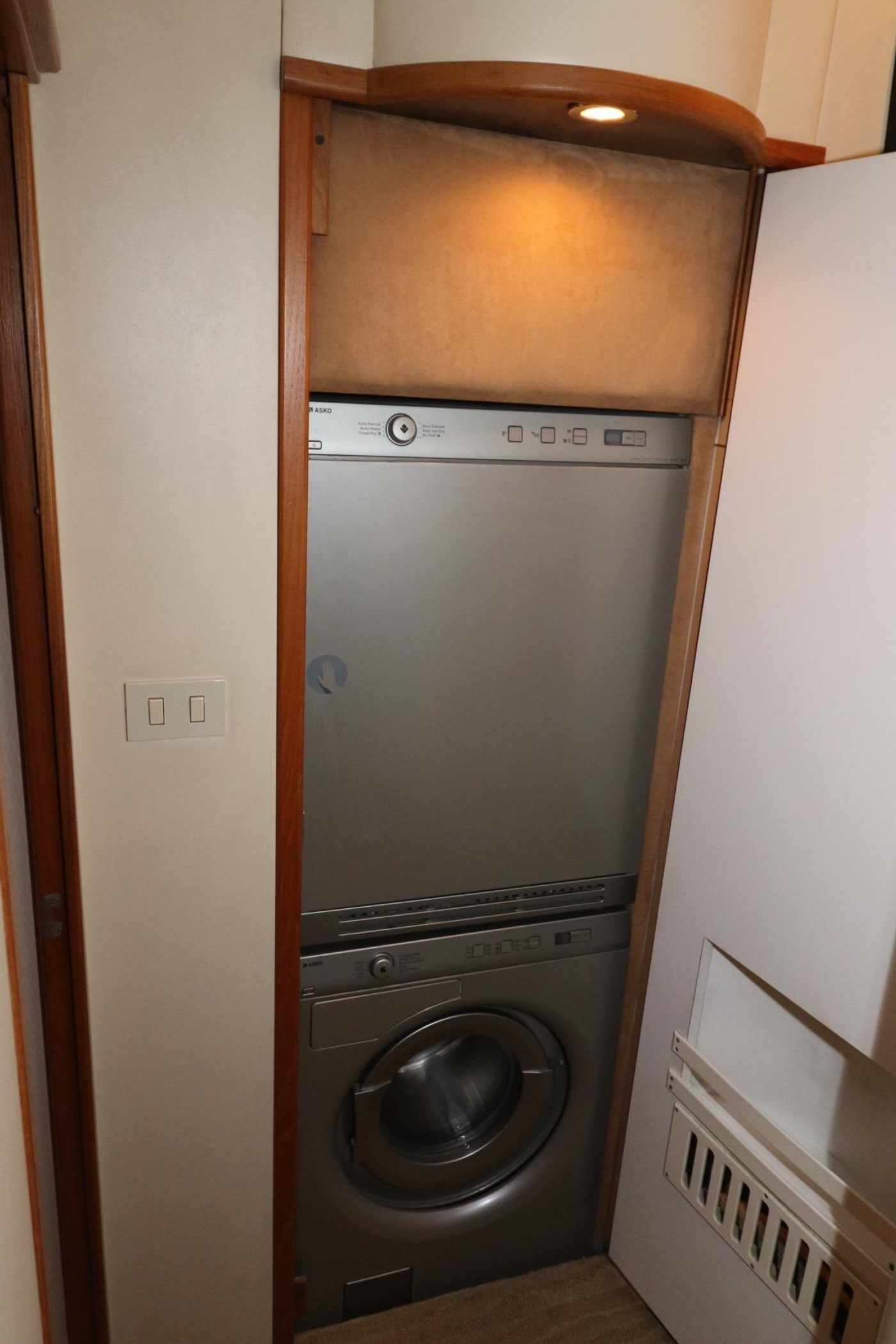 1999 Bayliner 5788 Pilot House Motoryacht, Washer and Dryer