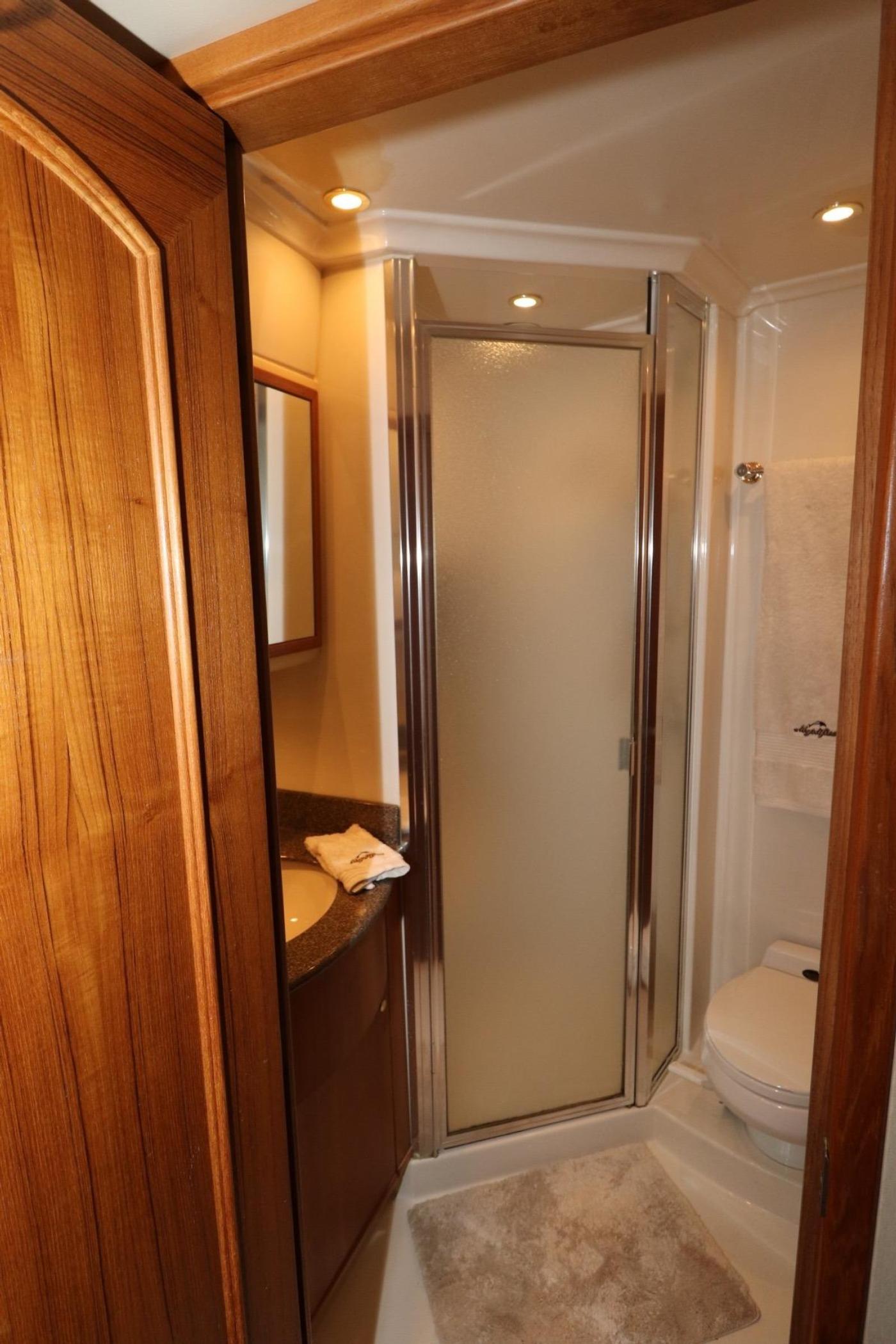 1999 Bayliner 5788 Pilot House Motoryacht, Guest Head Shower