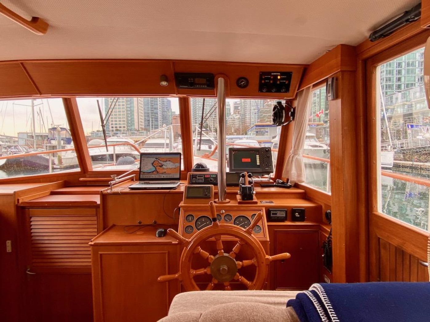 1998 Grand Banks 42 Classic, Lower helm 3
