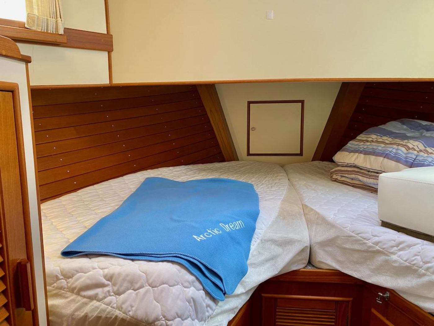 1998 Grand Banks 42 Classic, Fwd guest cabin 1