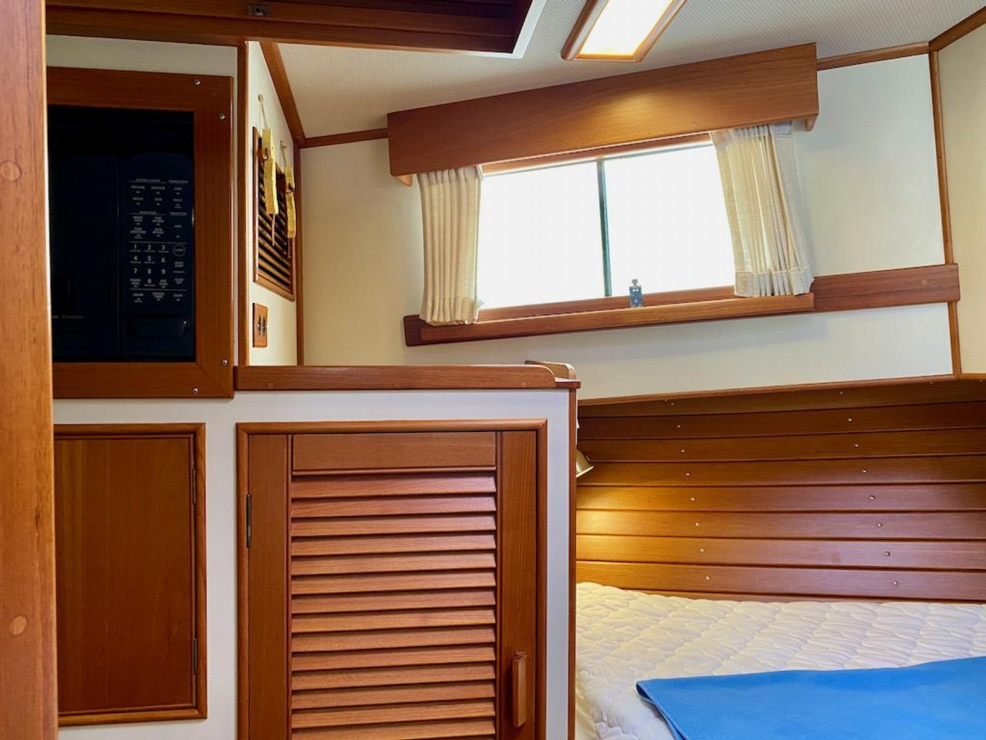 1998 Grand Banks 42 Classic, Fwd guest cabin 3