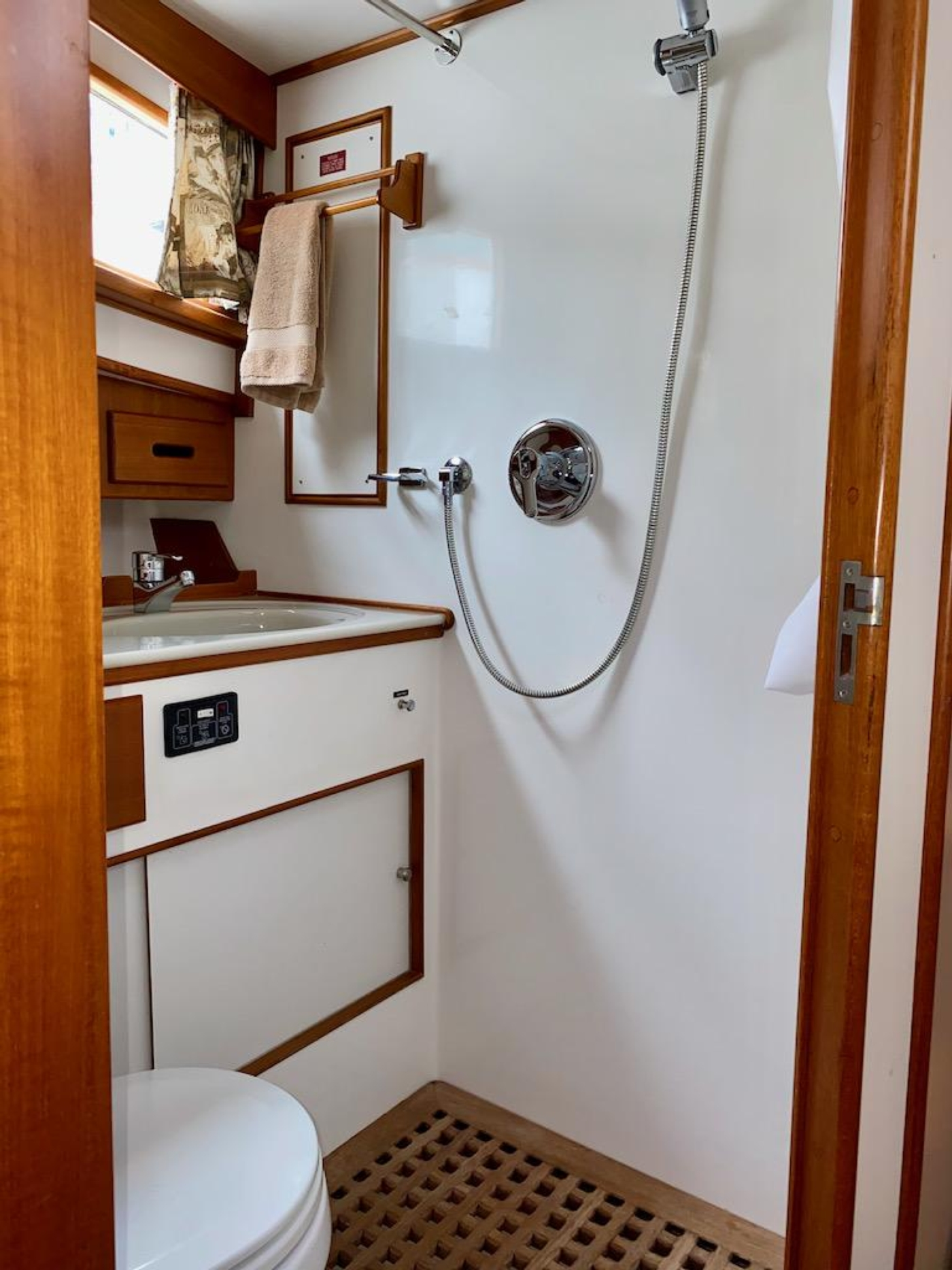 1998 Grand Banks 42 Classic, Fwd guest head 2