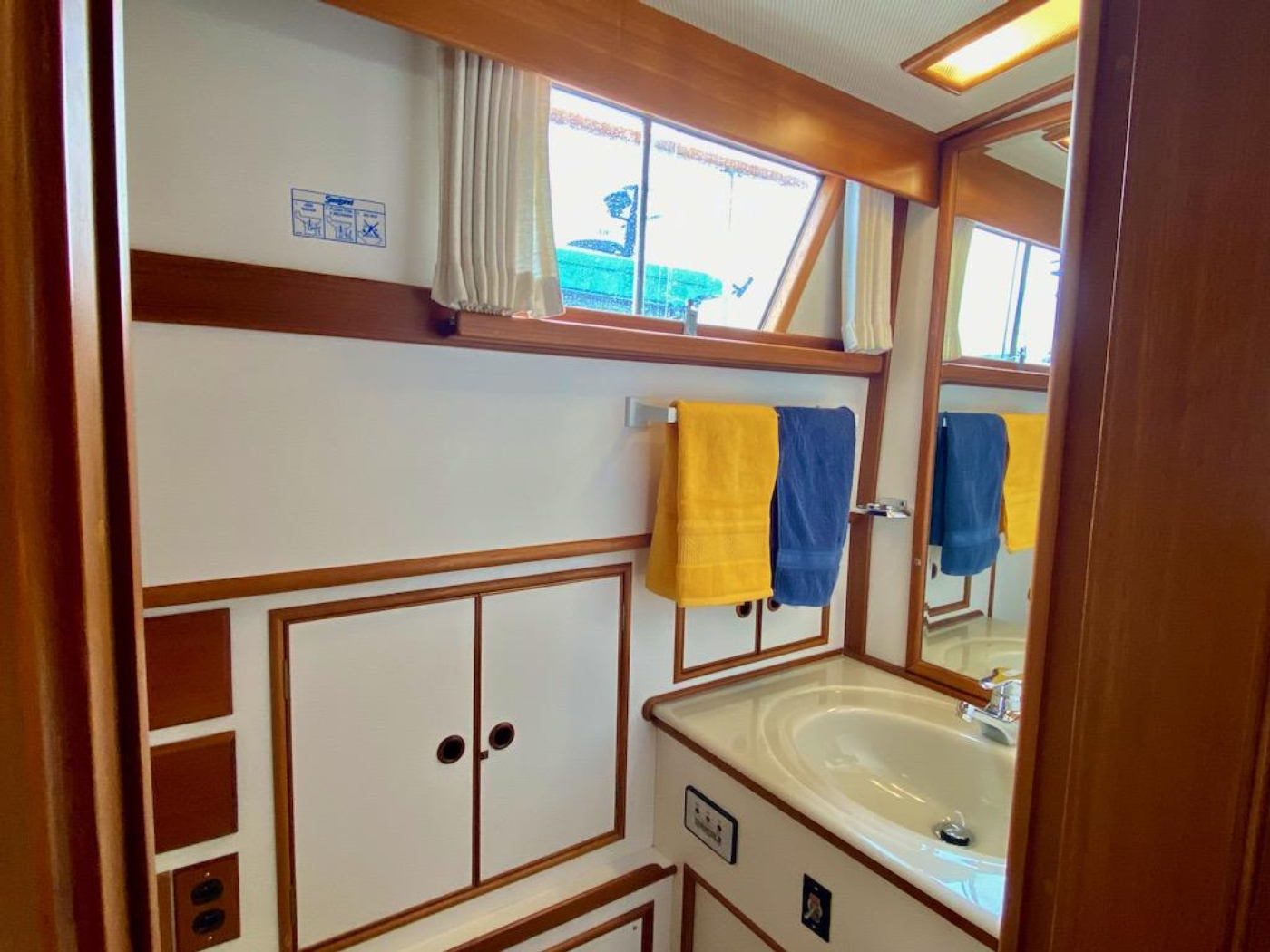 1998 Grand Banks 42 Classic, Aft cabin head 1