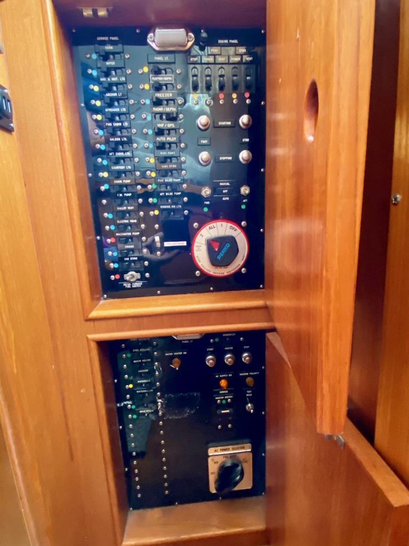 1998 Grand Banks 42 Classic, AC DC switching