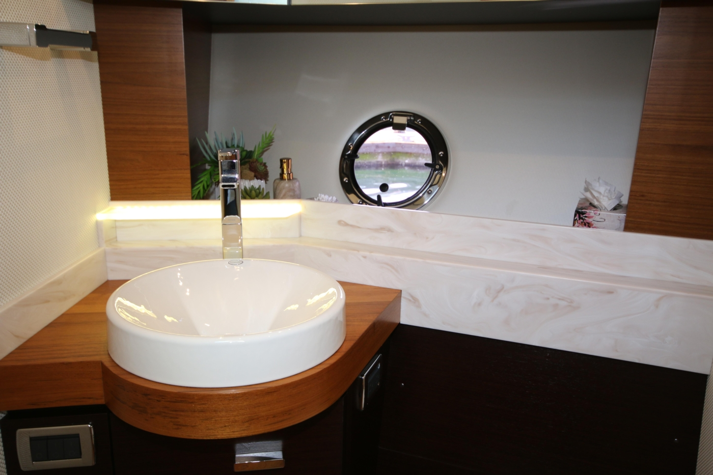 2018 Tiara Yachts 39 Coupe, Vanity