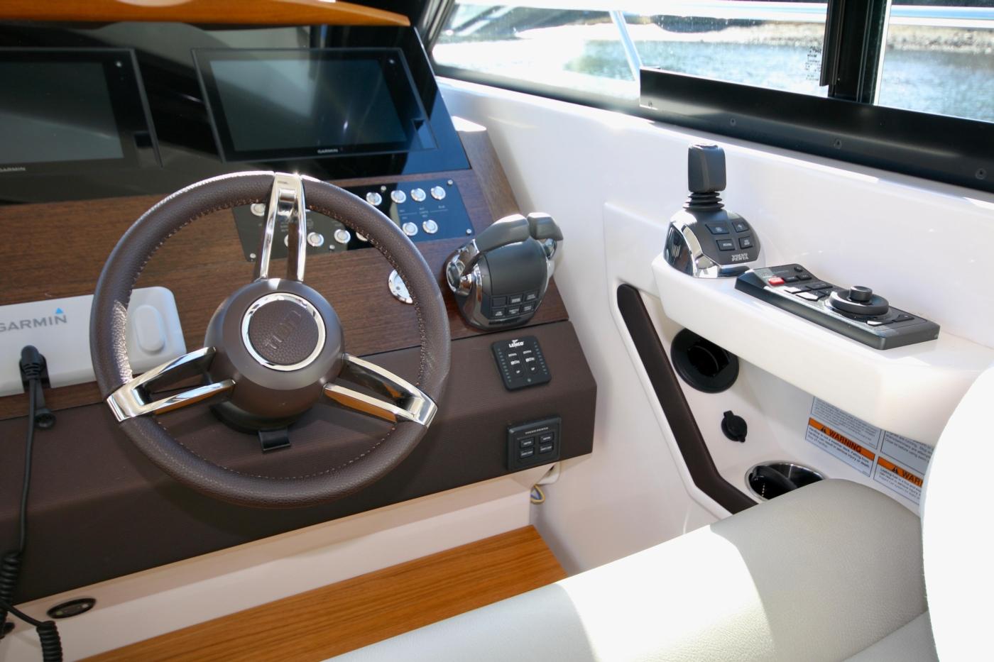 2018 Tiara Yachts 39 Coupe, Joystick controls
