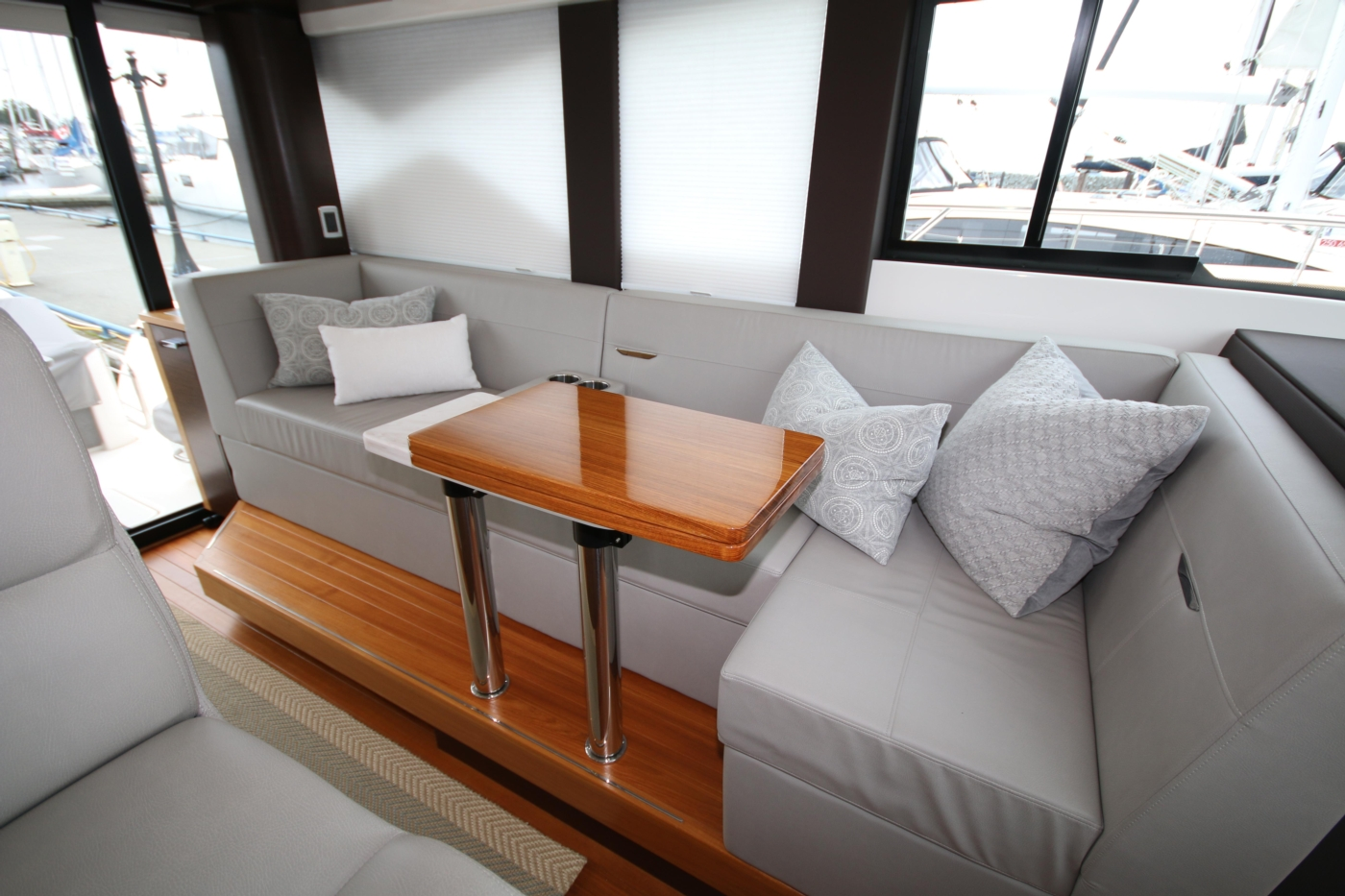 2018 Tiara Yachts 39 Coupe, Settee
