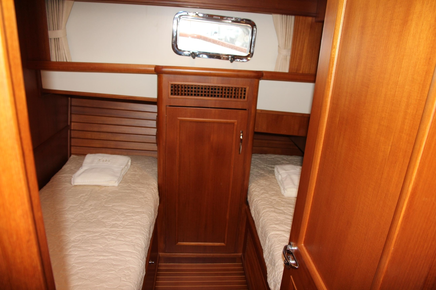 2009 Grand Banks 47 Europa, Guest Cabin