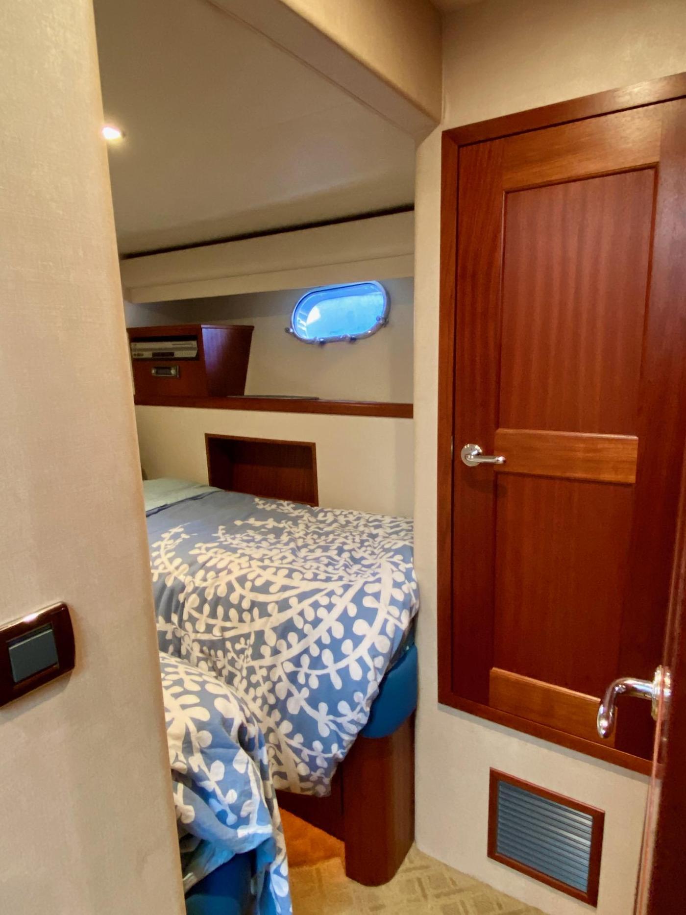 2004 Pacific Mariner 65 Diamond, Port guest cabin