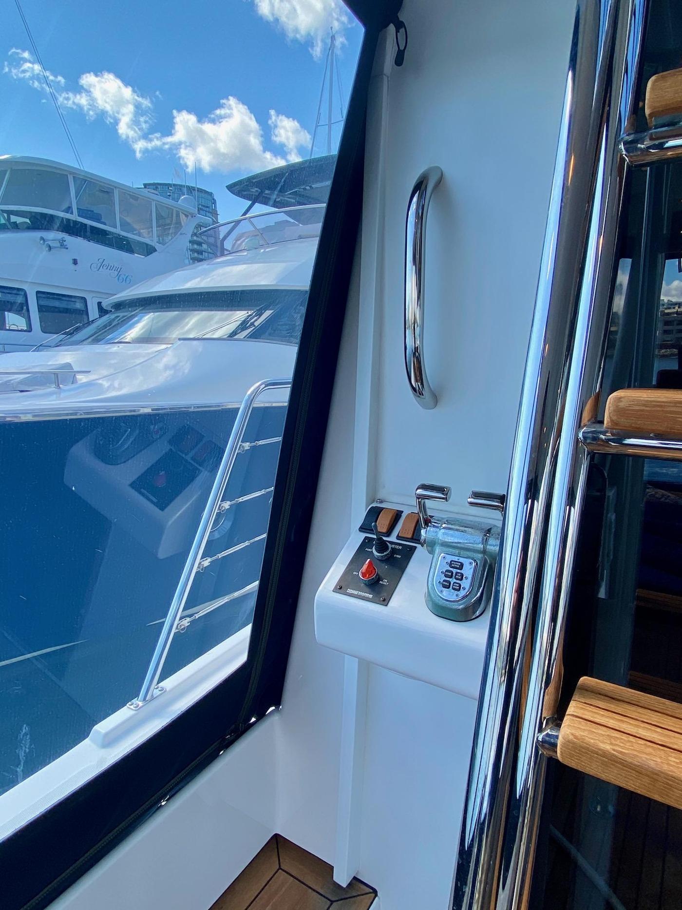 2004 Pacific Mariner 65 Diamond, Cockpit