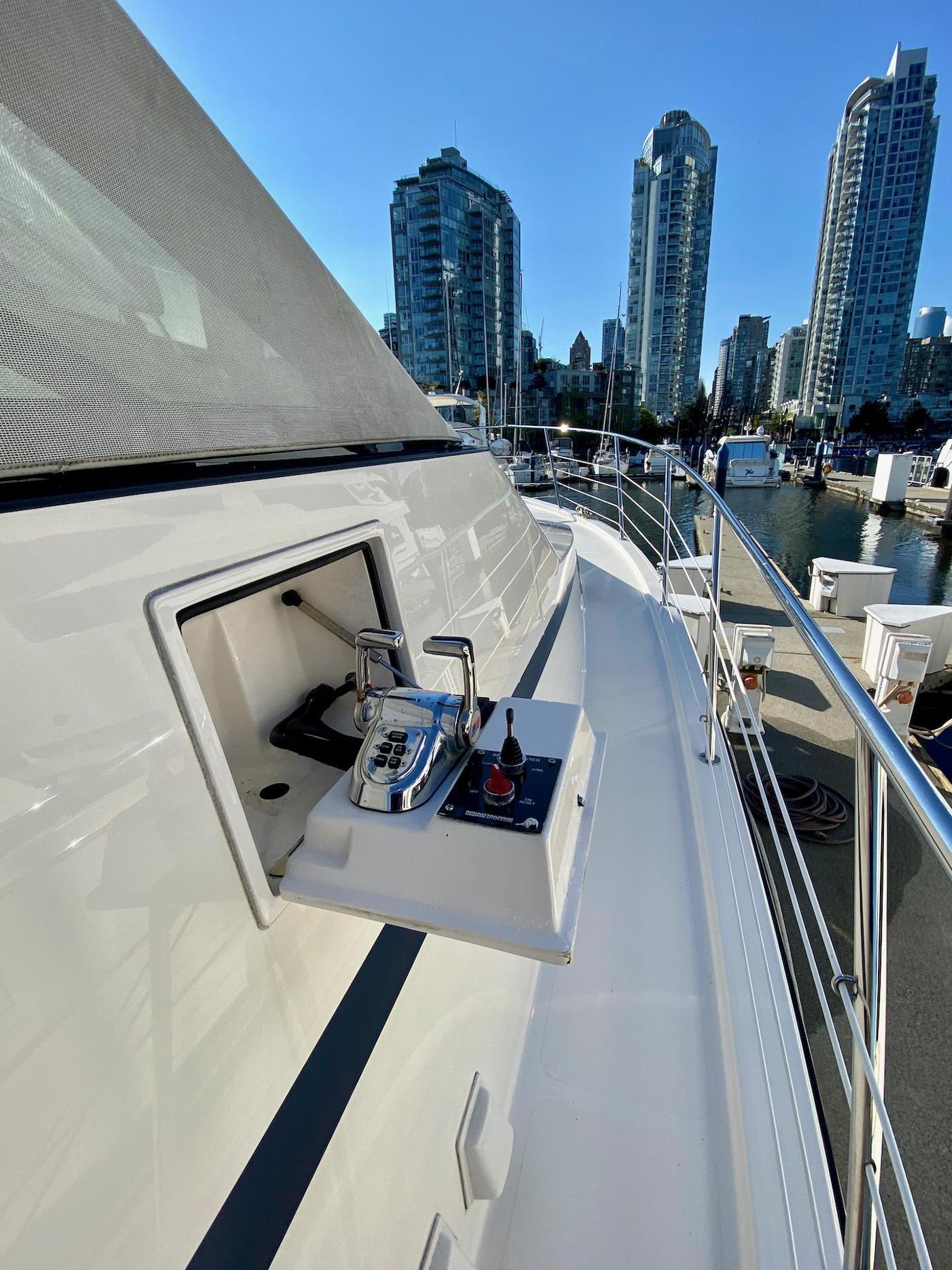 2004 Pacific Mariner 65 Diamond, Starboard side deck