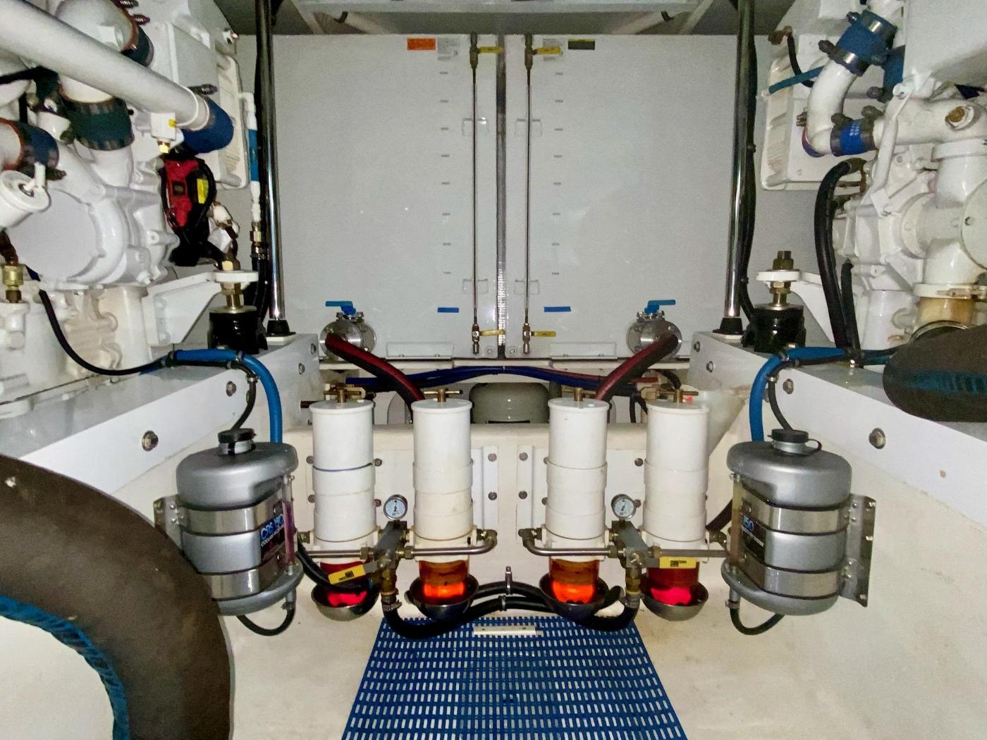 2004 Pacific Mariner 65 Diamond, Engine room
