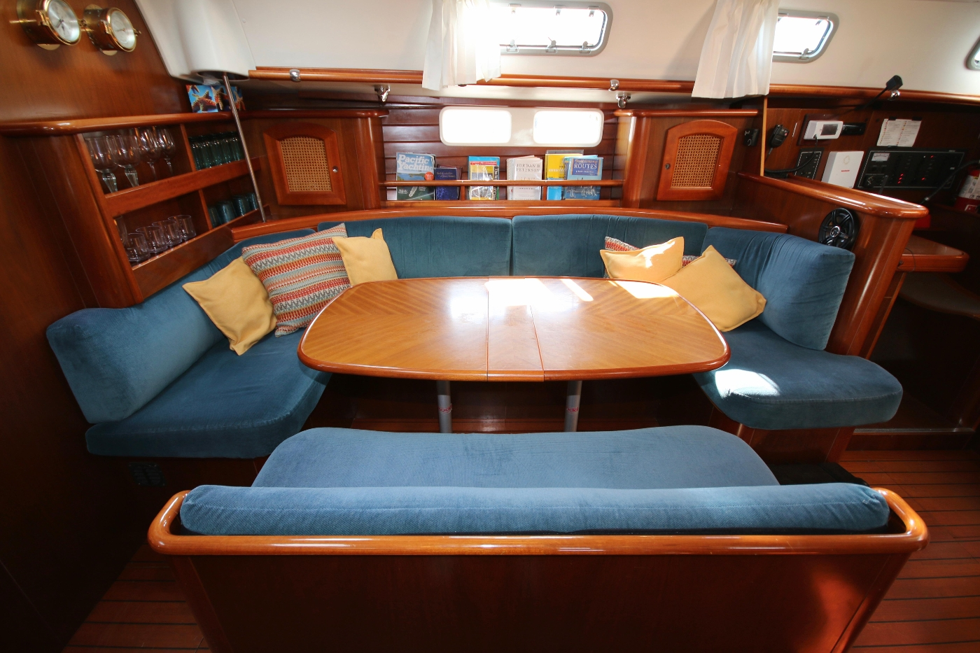 1997 Beneteau Oceanis 461, Settee and dining table