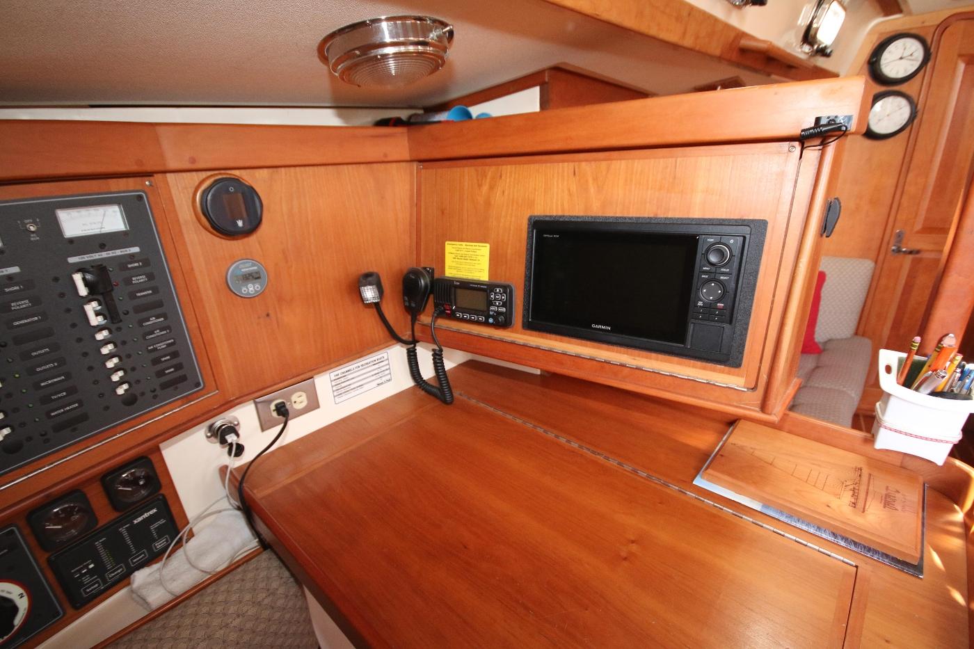 2003 Tartan 3700, Navstation located port amidships