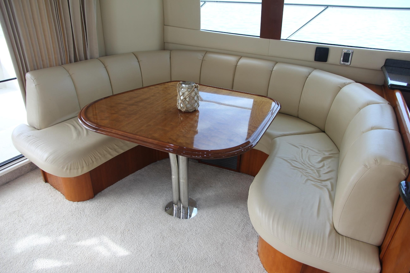 2005 Carver 560 Voyager Pilothouse, U-Shaped Settee and Table