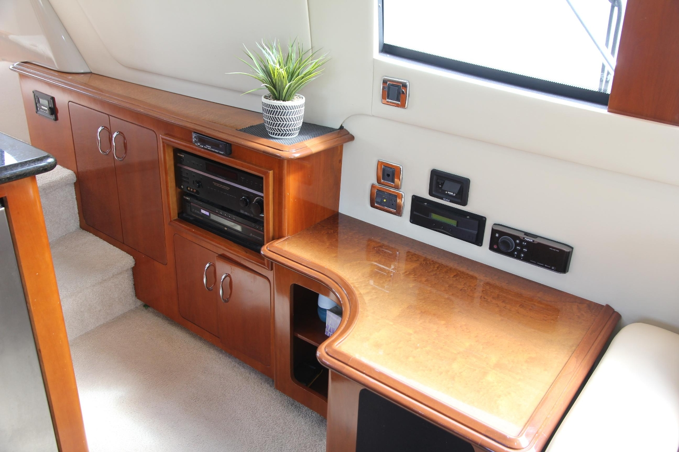 2005 Carver 560 Voyager Pilothouse, Entertainment Cabinet