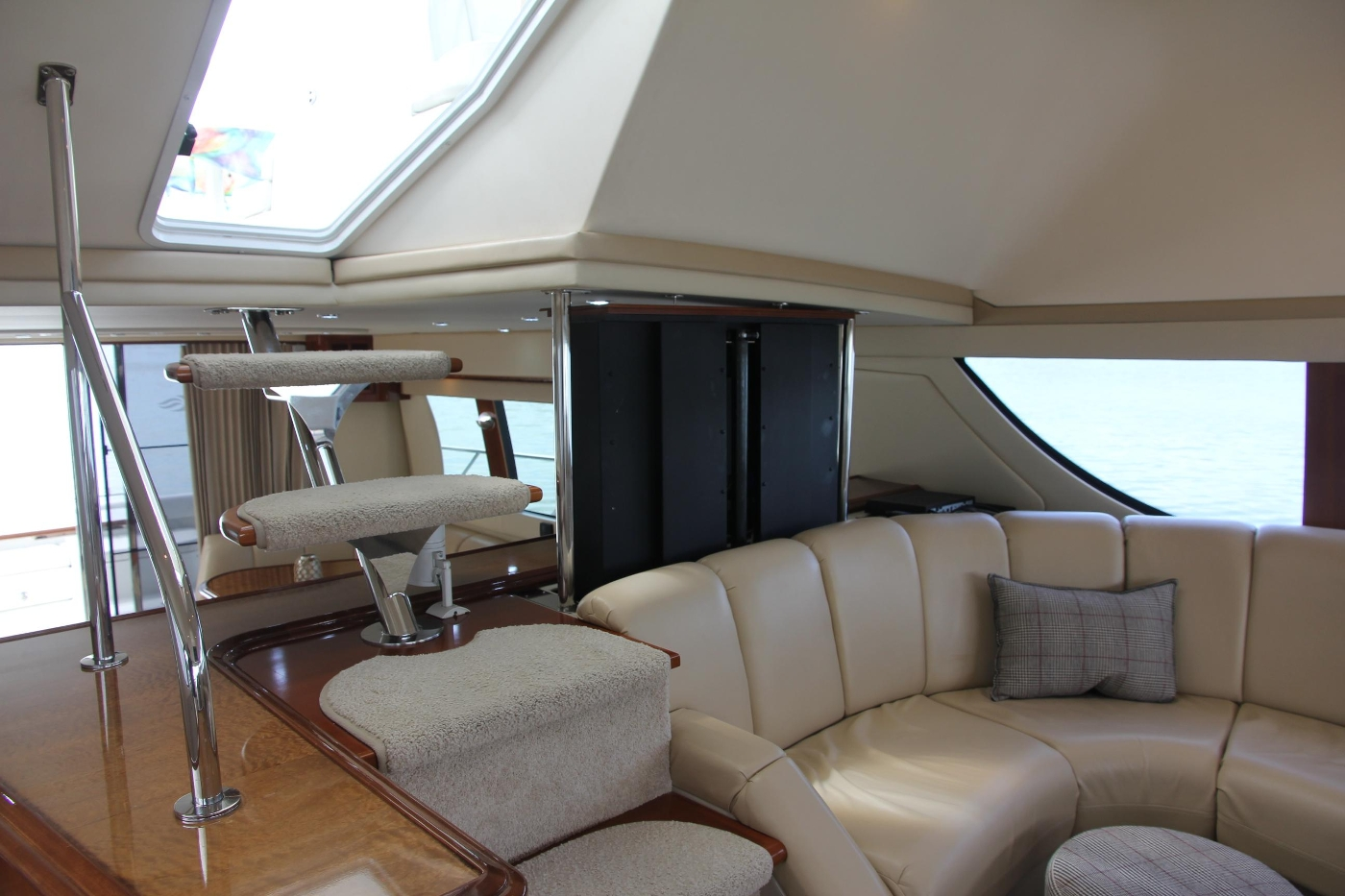 2005 Carver 560 Voyager Pilothouse, Pilothouse Aft with TV Lift
