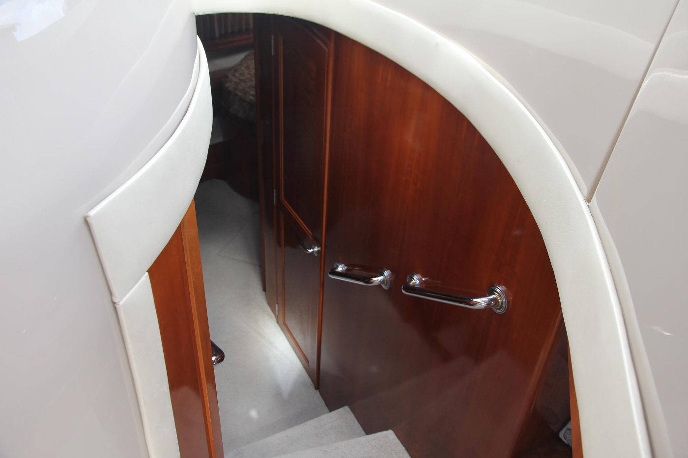 2005 Carver 560 Voyager Pilothouse, Accommodation Companionway