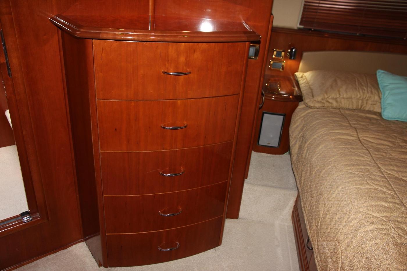 2005 Carver 560 Voyager Pilothouse, Dresser Storage