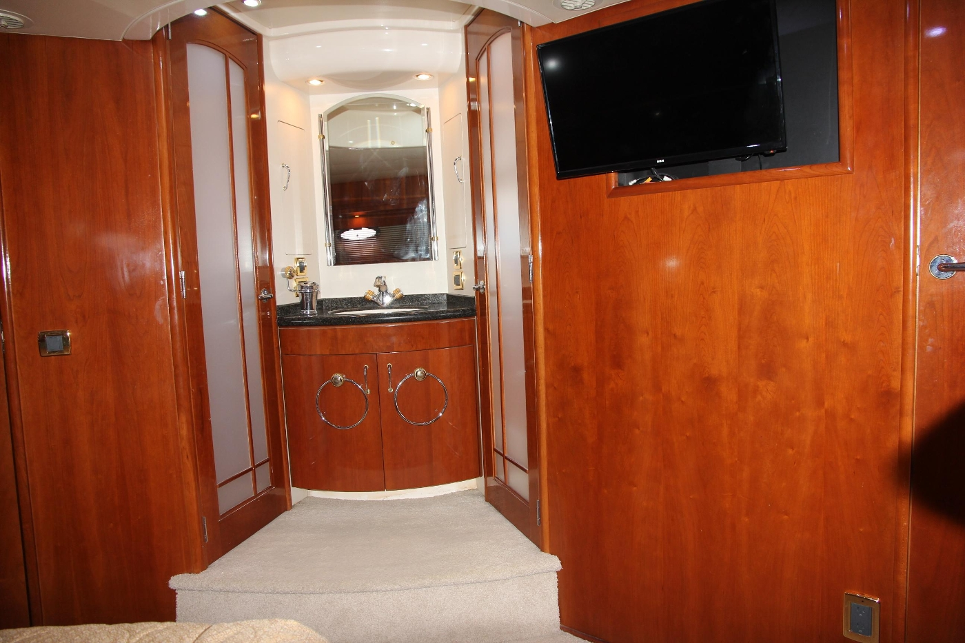 2005 Carver 560 Voyager Pilothouse, Master Ensuite