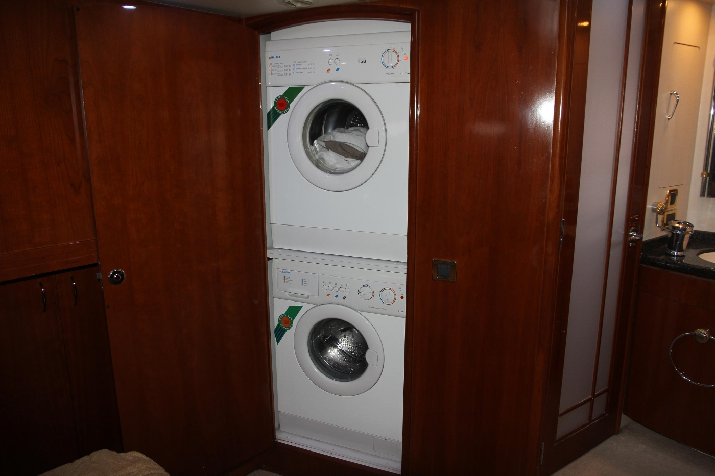 2005 Carver 560 Voyager Pilothouse, Washer and Dryer