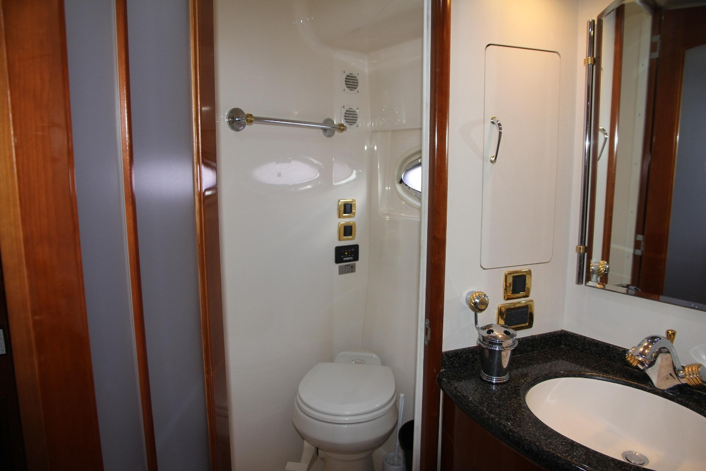 2005 Carver 560 Voyager Pilothouse, Head and Vanity