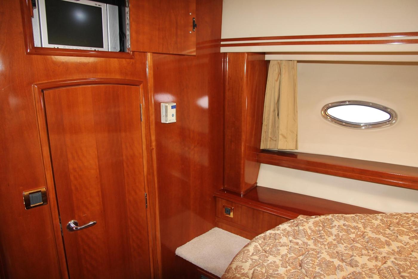 2005 Carver 560 Voyager Pilothouse, Hanging Locker