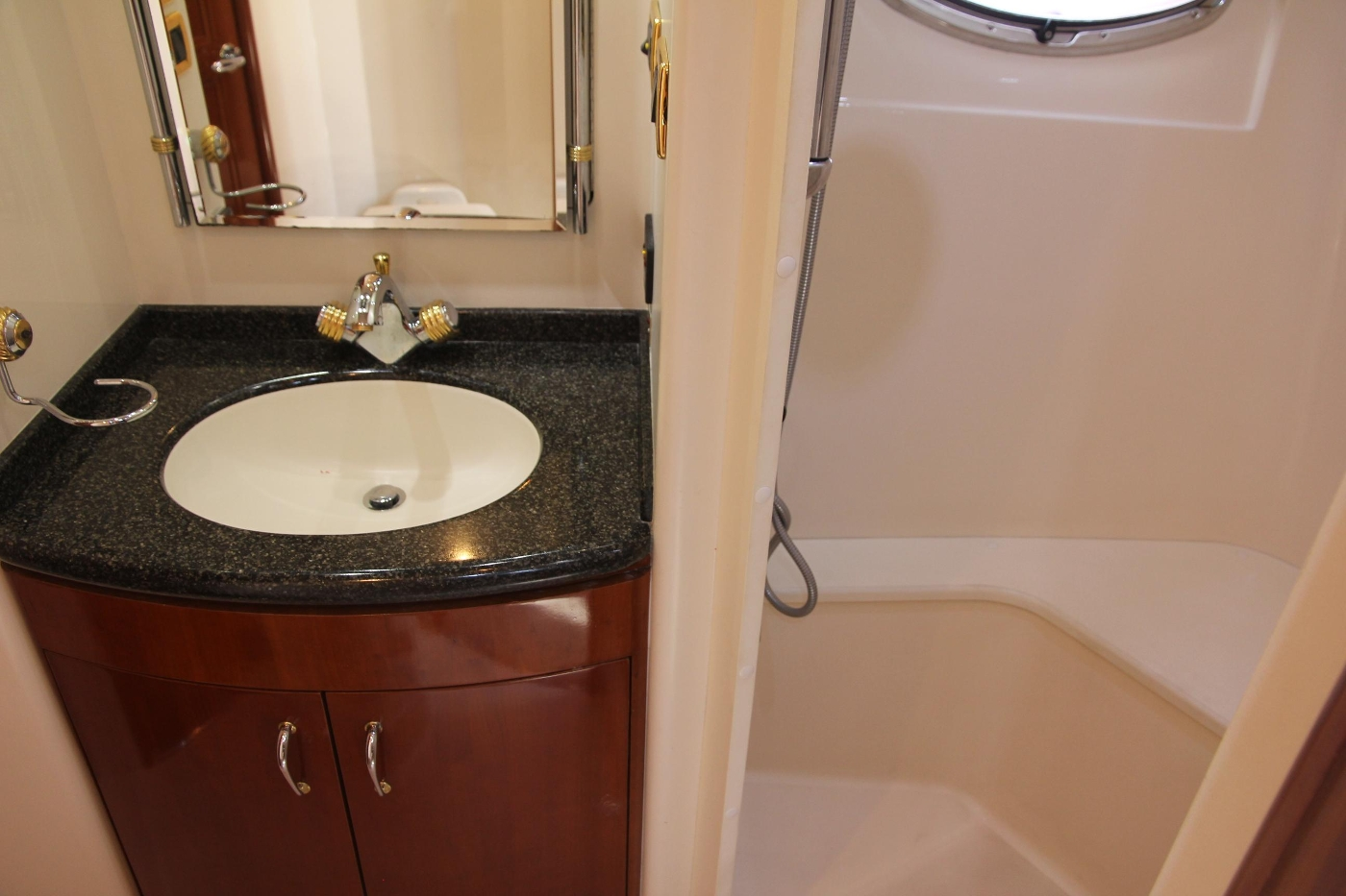 2005 Carver 560 Voyager Pilothouse, Vanity and Shower Stall