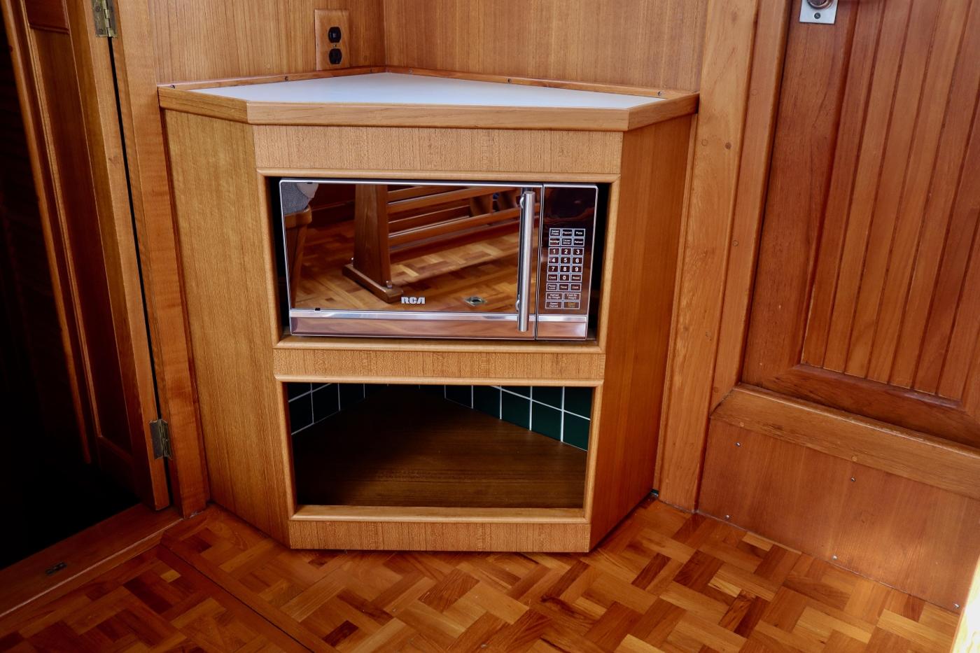 1995 Grand Banks 36 Classic, Salon Cabinet