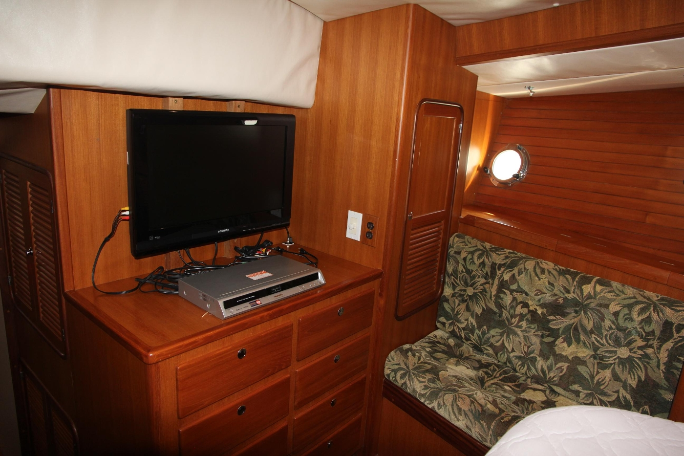 2000 Nordhavn Pilothouse, Television and Storgae