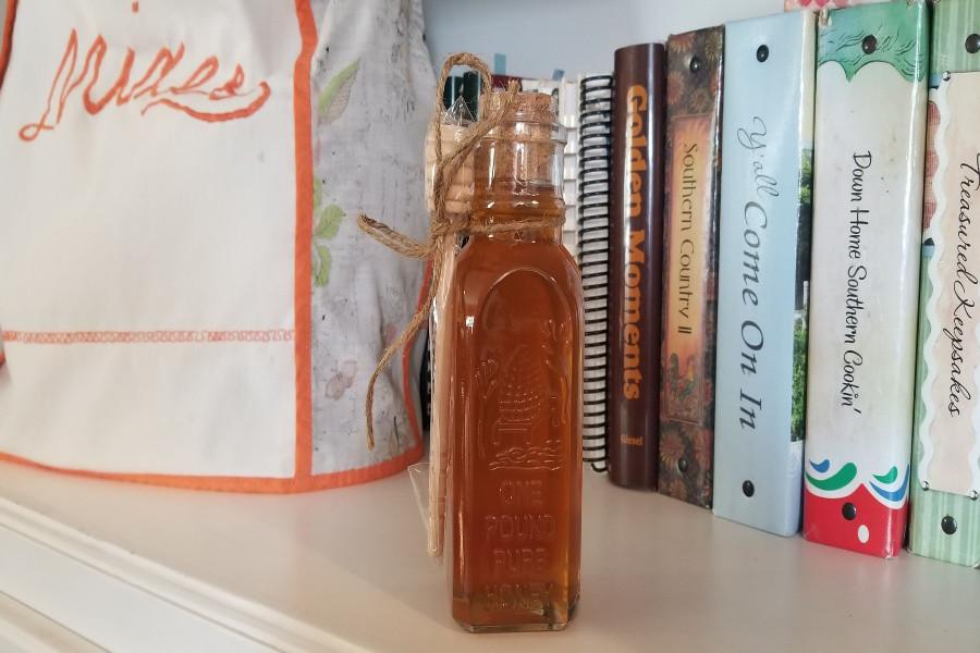 1 lb. Glass Honey Bottle w/Wooden Dipper
