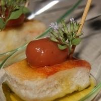 Bruschetta molecolare con oliva di pomodoro all'origano e impressionismo di Nipitella