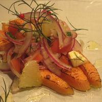 Salmone Affumicato servito con Salsa di Cipolla Rossa e Crema Acida
