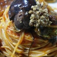 Spaghettini con alga nera di mare del litorale di Ognina, patelle di mare e olive giarresche con lardello stagionato di Piedimonte Etneo, origano siciliano, olio extra vergine di oliva Siracusano.