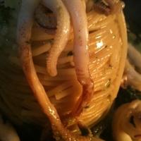 Spaghetti friarielli e calamri di barca con caciofiore siciliano pepato e Gocciole di olio evo siracusano