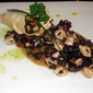 Riso nero di venere al pollo peperoni e zucchine aromatizzato al cumino con cornucopia di pasta fillo