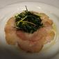Carpaccio di pesce fresco del giorno ai fiori della macchia mediterranea con insalata di asparagi e spinaci frechi