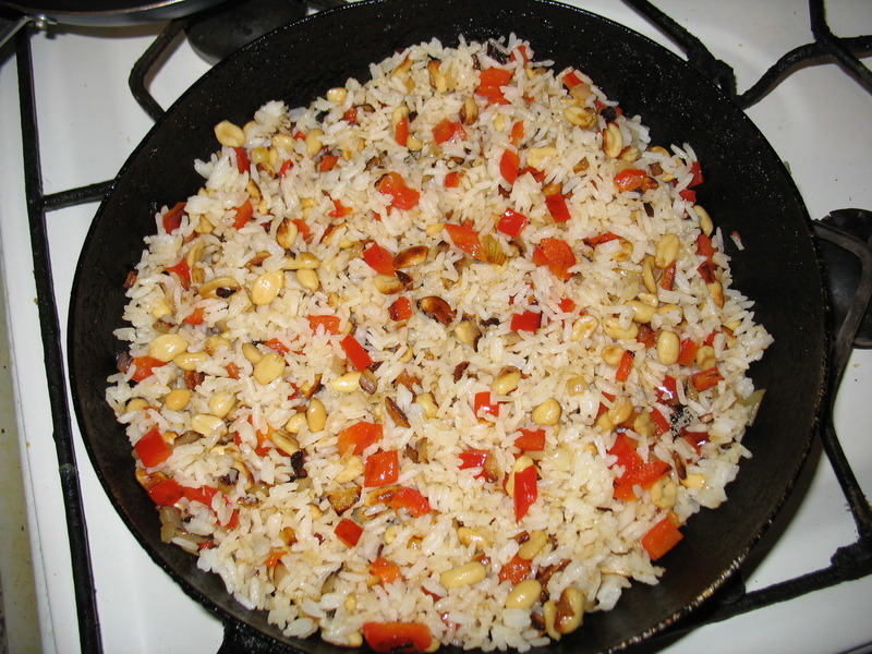 Rice with bell pepper and peanuts