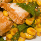 Insalata piccante di pollo con mais, rucola e salsa chipotle
