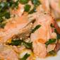 Salmone con pomodorini, rucola, birra lager e peperoncino