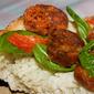 Bruschetta con chorizo, peperoncini grigliati e basilico
