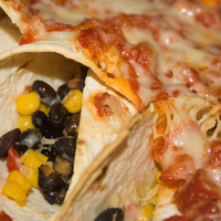 Enchiladas vegetariane con fagioli, mais, peperoni e salsa mexican habanero