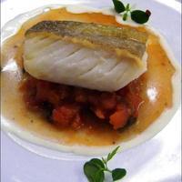 Baccalà, o stoccafisso, cotto in sottovuoto a 50° al cuore, scottato sulla pelle, con guazzetto solido e salsa all'aglio dolce.