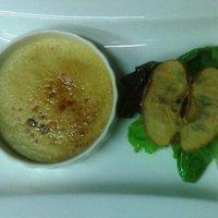 Il Crème brulèe di foie gras con pan brioche caldo e misticanza ,mela e scalogno